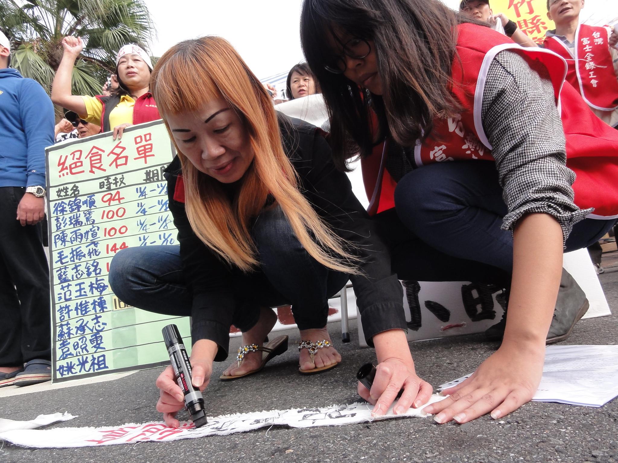 絕食168小時的范玉梅下午宣布退出絕食,並在頭巾上寫下絕食時數。(攝影:張智琦)