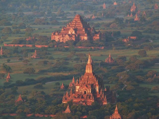 Amanecer sobre los templos de Bagan (Fotos tomadas desde un globo)
