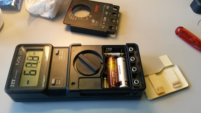 Behind that seal, we find the two AA batteries and the two HRC fuses compartment.