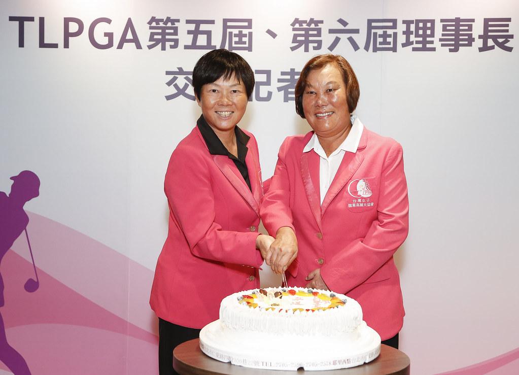 前後任理事長切蛋糕慶祝交接。(TLPGA提供)