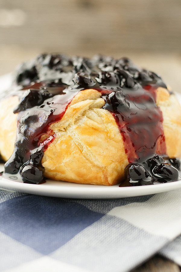 Not only is this baked brie with spicy blueberry sauce a gorgeous ...
