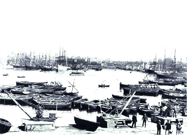 Voiliers et barques du port de Barcelone début 1900.