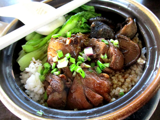 Claypot rice with chicken and mushroom