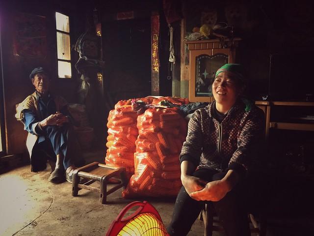 Interior de una casa de una de las aldeas de las Tierras rojas de Dongchuan en Yunnan (China)