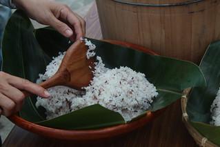 以月桃葉盛裝的米飯,香氣十足。攝影:廖靜蕙
