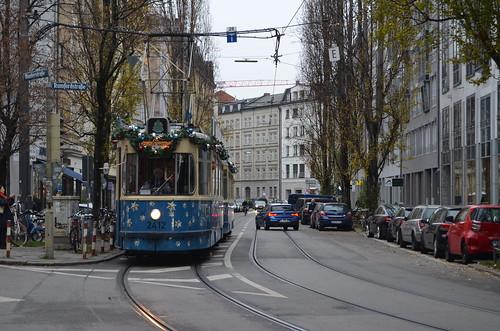 Aus der Rumfordstraße kommend biegt der M4/m4-Zug gleich zum Isartor ab