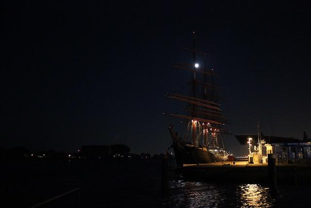 Segelschiff im Hafen bei Nacht