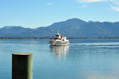 Schifffahrt von Gstadt zur Fraueninsel im Chiemsee, von Möwen begleitet. Die Inseldichterin Anna Mayer-Bergwald Foto Brigitte Stolle Oktober 2015
