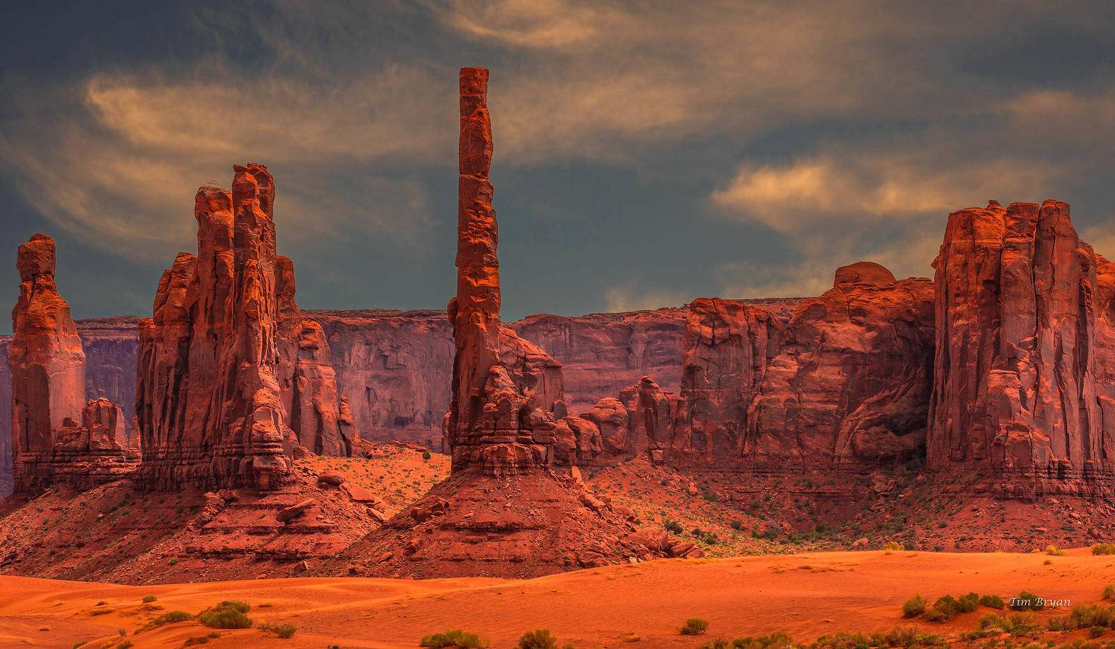 The Bright Red Rock Formations Of Monument Valley [1600