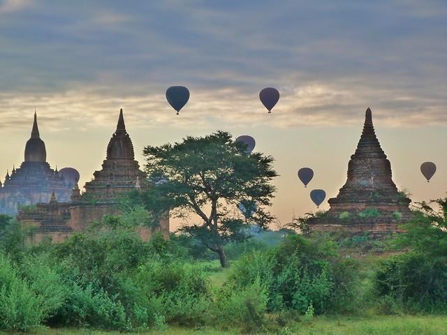 Globos volando sobre los templos de Bagan (Myanmar)