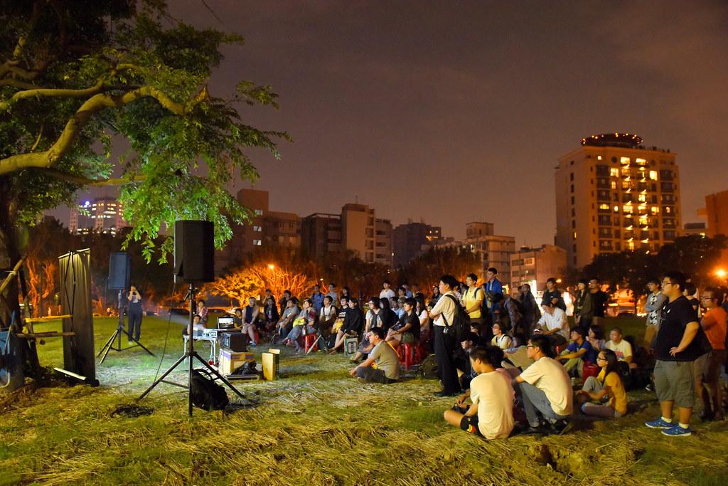 《妨害不公務》紀錄片昨晚在已被剷平的華光社區原址播放。(攝影:宋小海)
