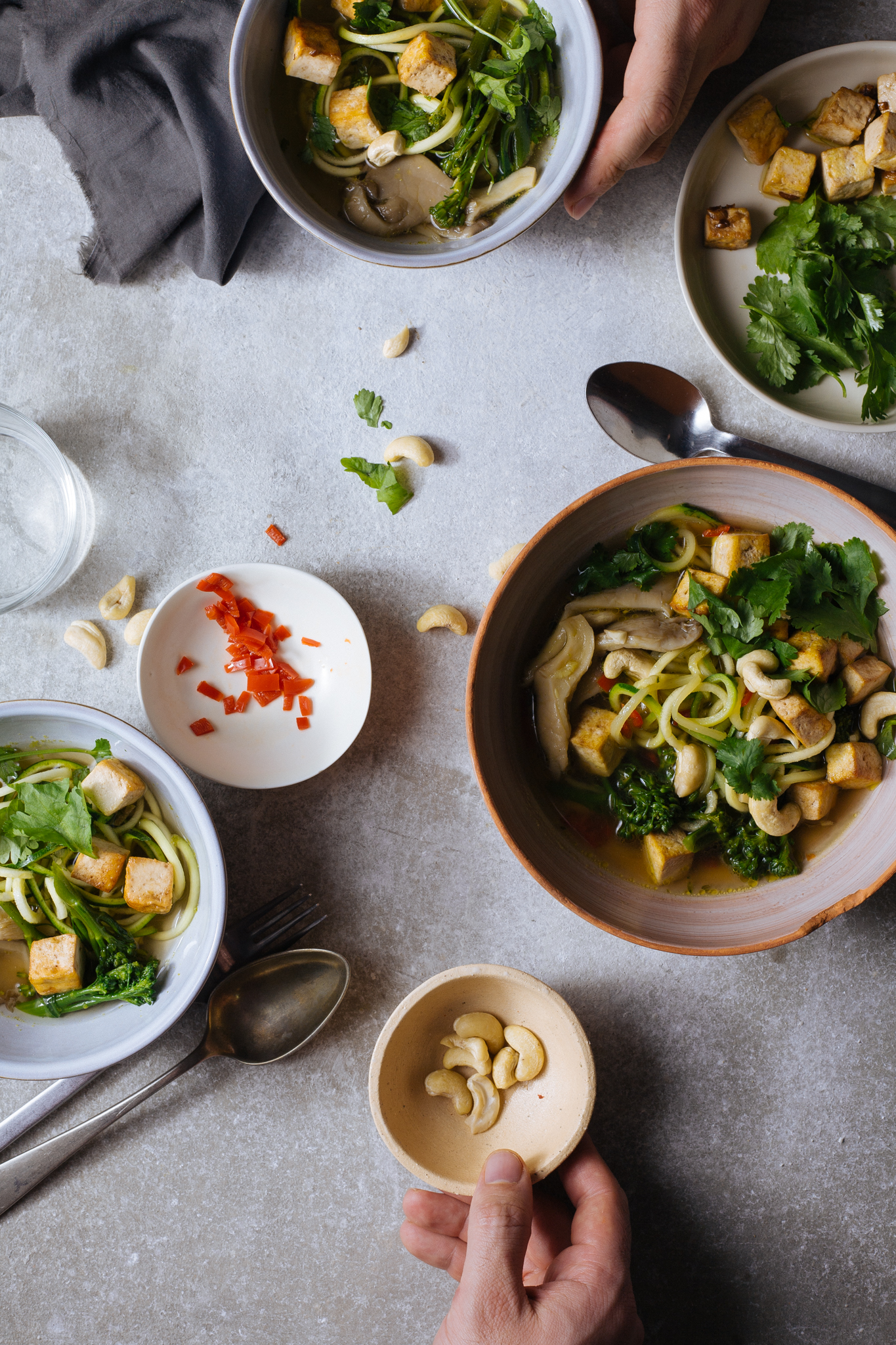 Sopa vietnamita com noodles de courgette, caju e tofu salteado