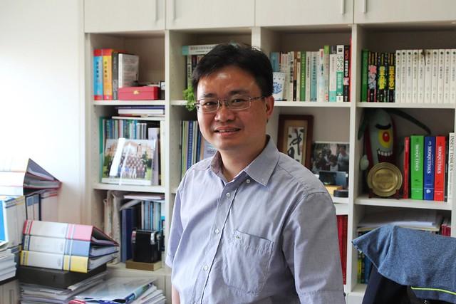 臺大助理教授蔡坤憲是國內少數具備昆蟲學知識的公共衛生專家。攝影:廖靜蕙