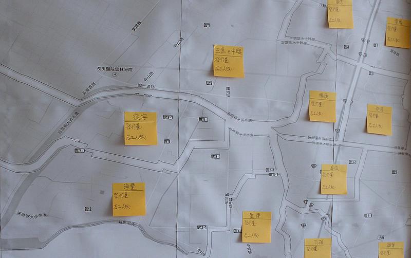 地圖上的黃色便條,預備寫上各村的志工人數以及報刊發行量。圖片來源:公民行動影音記錄資料庫