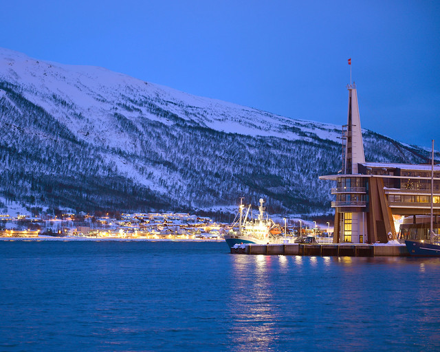 Puerto de Tromso, completamente nevado, en la noche