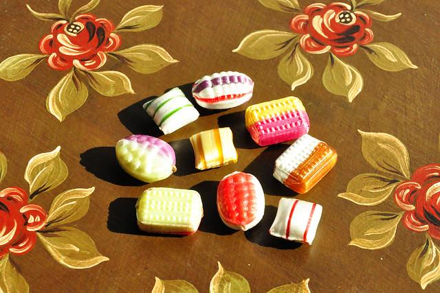 Fourrée Fourrées Süßigkeit Bonbon Gutsel gefüllt Schokolade gestreift bunt farbenfroh glänzend Blombenzieher edel fein Foto Brigitte Stolle