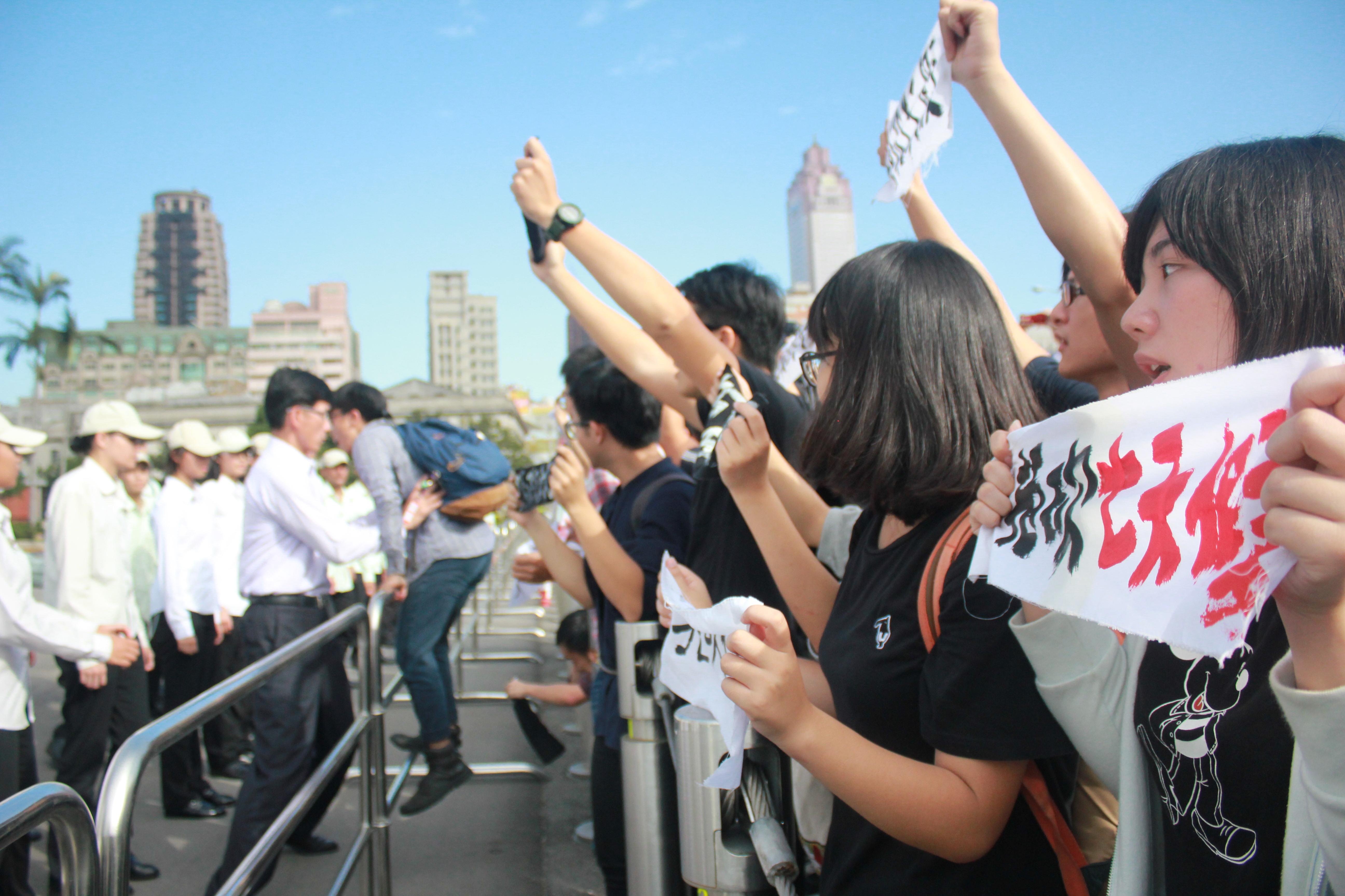 青年试图冲入总统府,与总统府特勤和警方发生数度冲突。(摄影:张宗坤)