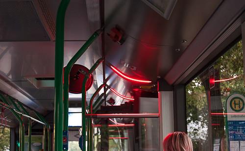 So signalisieren beispielsweise rot blinkende LEDs über den Türen den Schließvorgang.