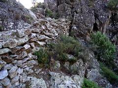 Le vieux chemin et ses soutènements après le 2ème col du sentier de l'Ancinu