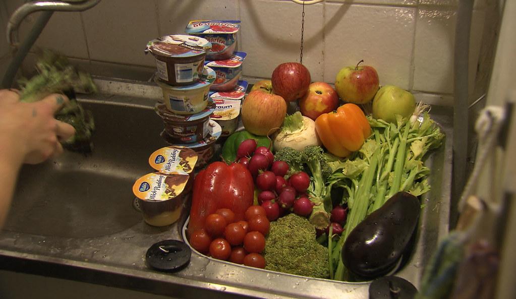 被撿回來的可用食物 《你在浪費食物嗎?》劇照(圖片來源:天馬行空數位有限公司)