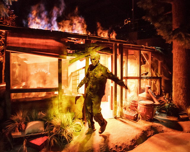 Caminante saliendo entre llamas de la atracción de The Walking Dead en Los Angeles
