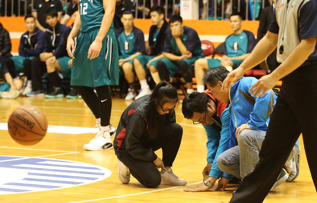 比賽進行一半發現地板凹陷,由籃協工作人員趕緊修補。(籃協提供)