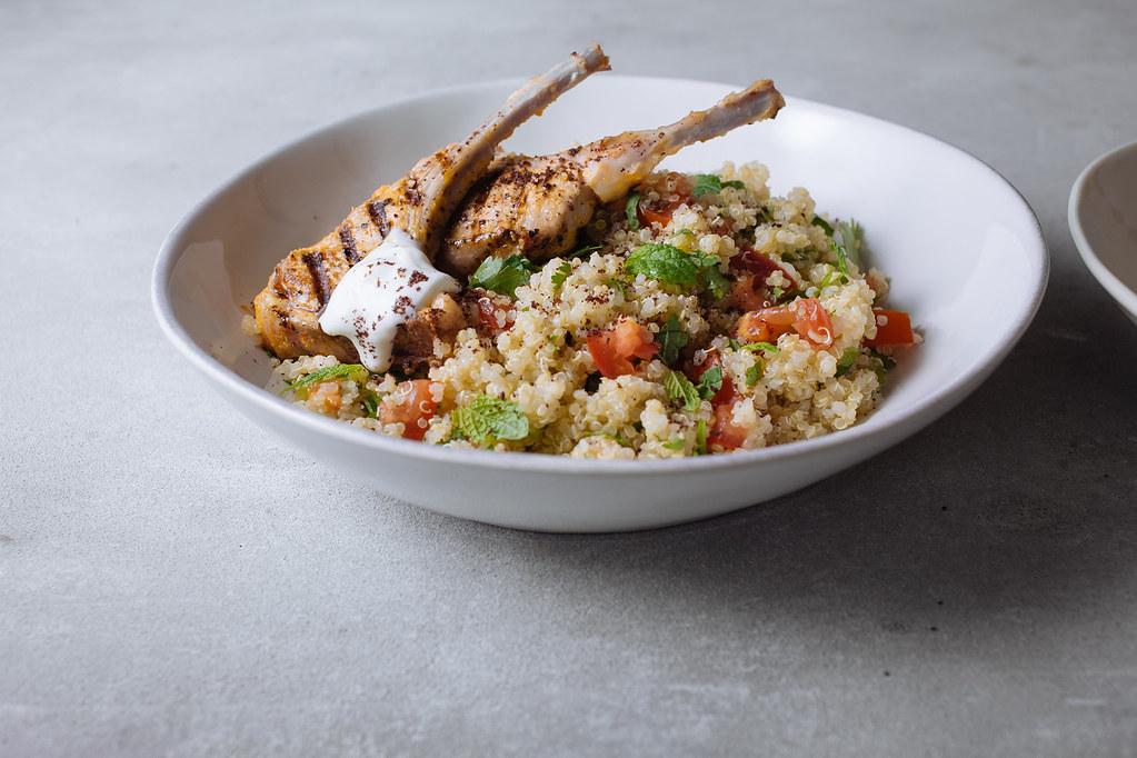 Costeletas de borrego com tabule de quinoa