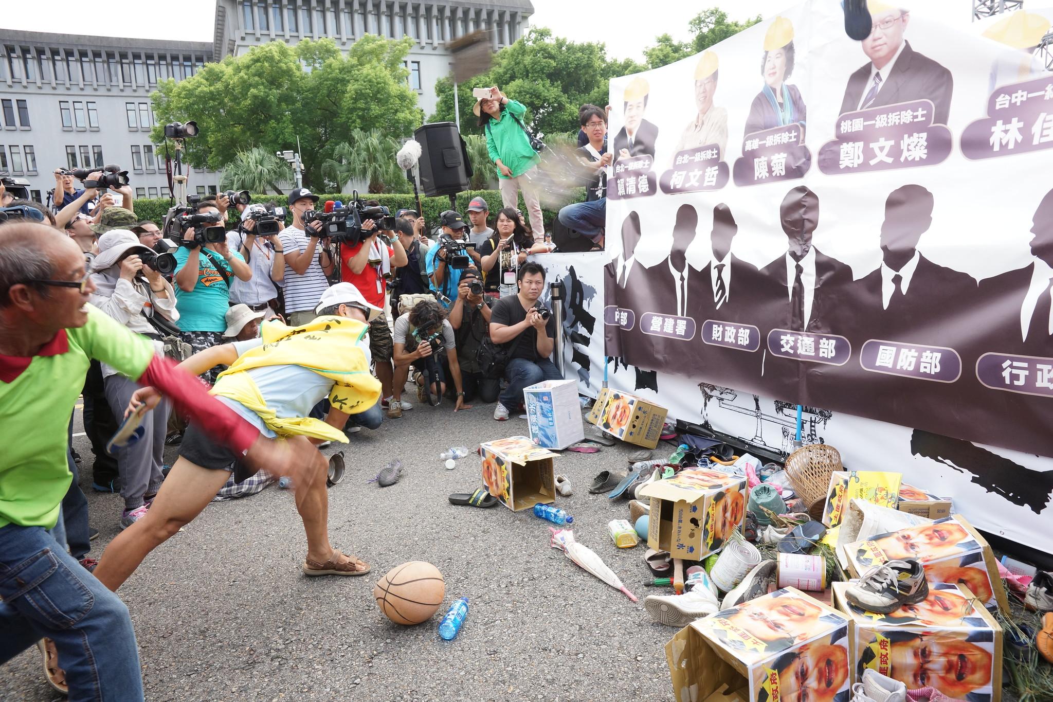 自救會將「被拆毀的家當」砸向六都及中央部會,宣示全國受迫遷者團結,反抗強拆。(攝影:王顥中)
