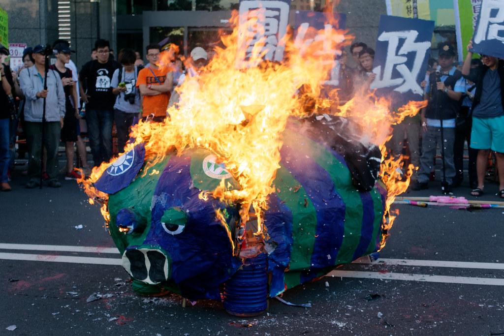 熊熊燃燒的小豬,是否真能迎來左派力量的奮起?(攝影:林佳禾)