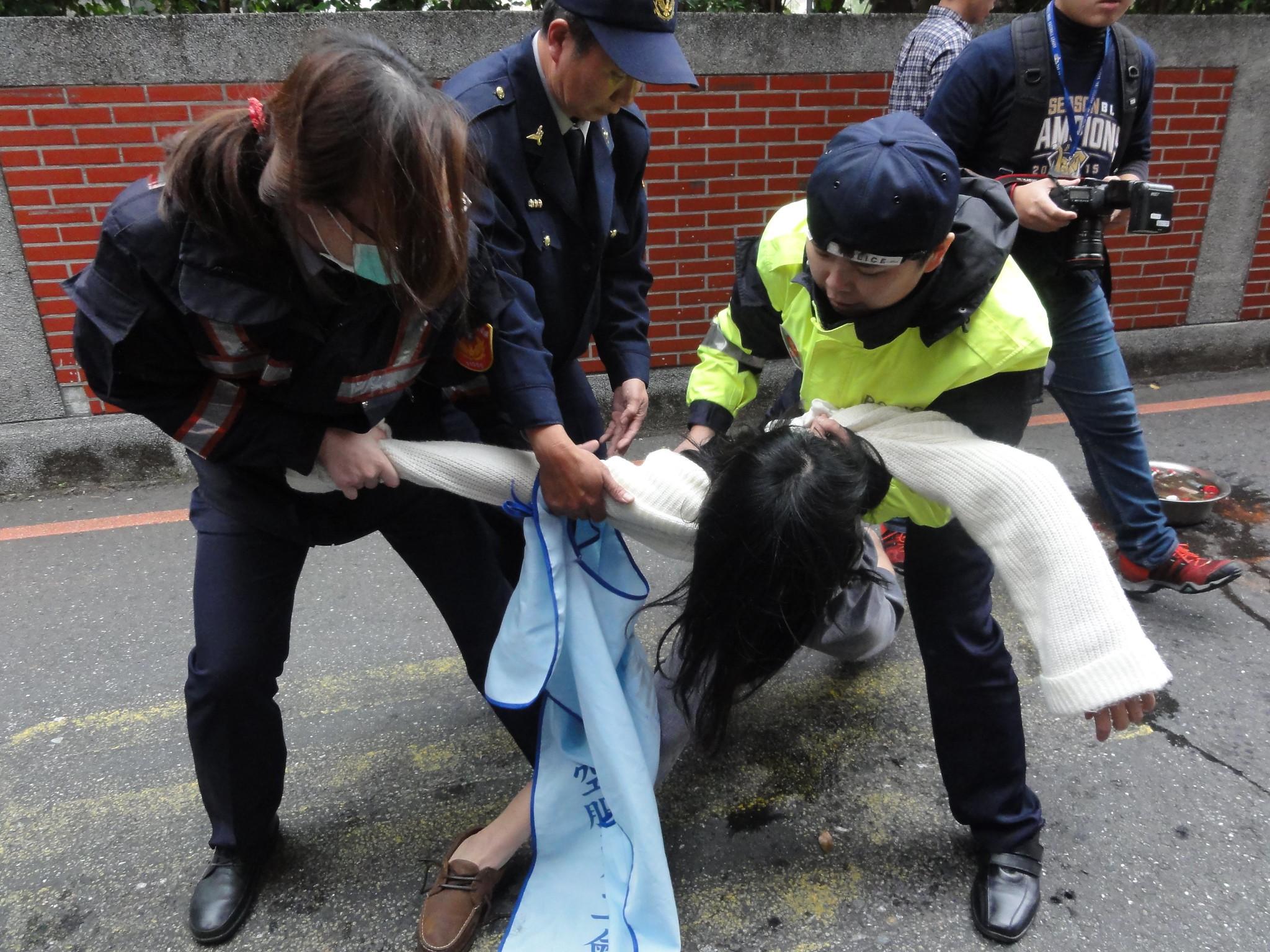12月2日當天,警方將抗爭者拉離立院外青島東路口。(攝影:張智琦)