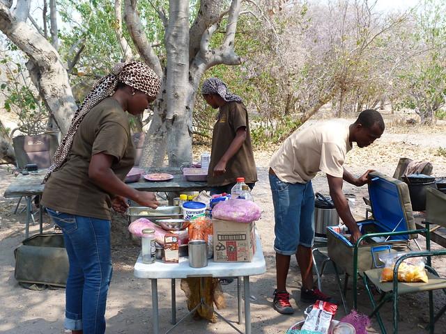 Escena cotidiana en el campamento del safari móvil de Botswana con Mopane