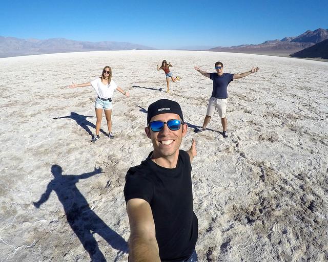 En una de las llanuras de sal de Badwater Basin en el Death Valley de Estados Unidos
