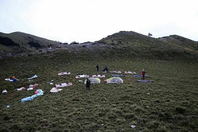 嘉明湖邊,本有遊客任意棄置露營帳棚。圖片來源:台東林區管理處。