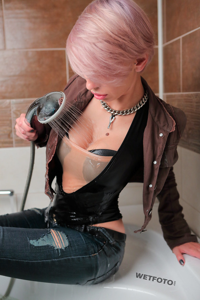 Short Haired Blonde Girl Get Wet In Tight Jeans In The Bat -8886