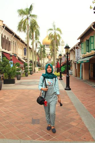 Pose My Sister di Bugis, Singapura