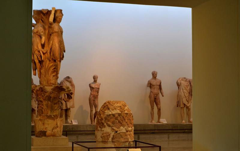 En el centro el onfalo, a la derecha el Agias de Lisipo y a la izquierda las danzarinas de Delfos.