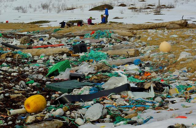 挪威北部海岸,滿是被沖刷上岸的塑膠垃圾。圖片來源:Snemann(CC BY-NC-ND 2.0)