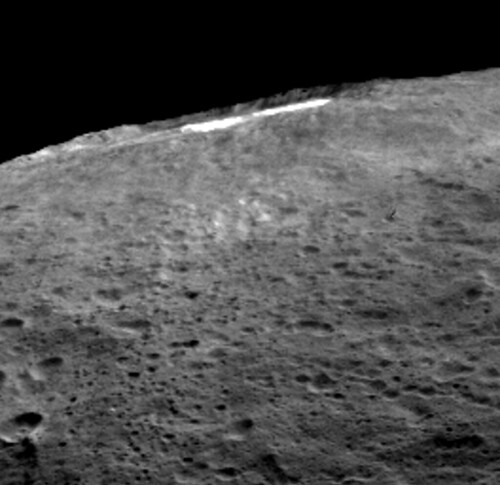 VCSE - Mai kép - (1) Ceres - Occator kráter - oldalirányból észlelhető a vízpára jelenléte