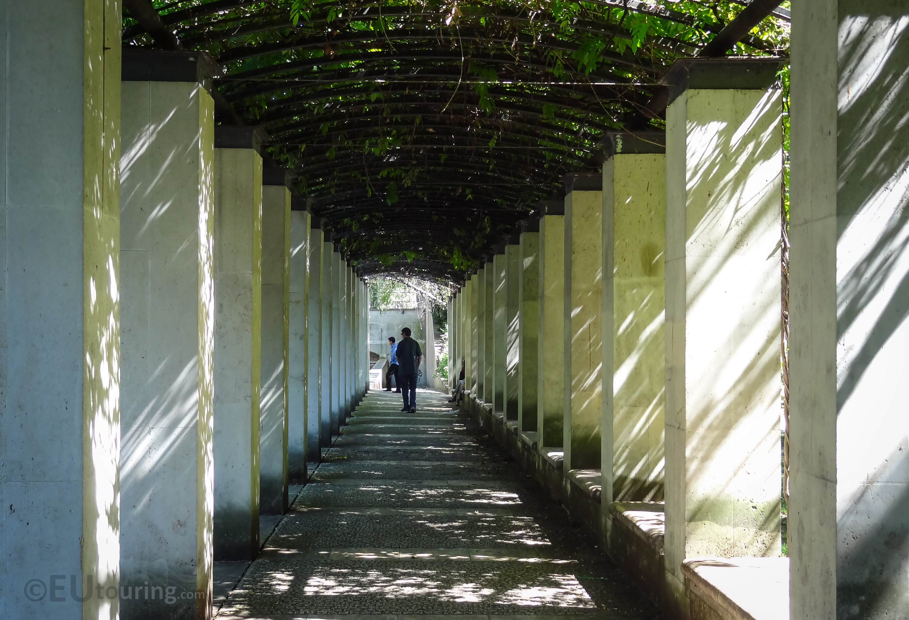 Covered walkway within Jardin Yitzhak Rabin