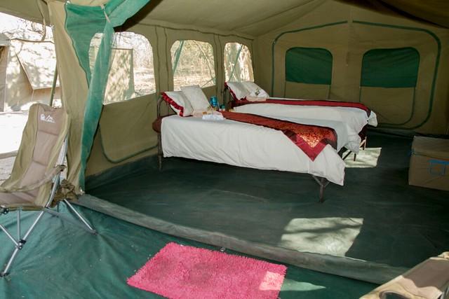 Interior de una tienda de campaña de Mopane utilizada durante nuestro safari móvil en Botswana