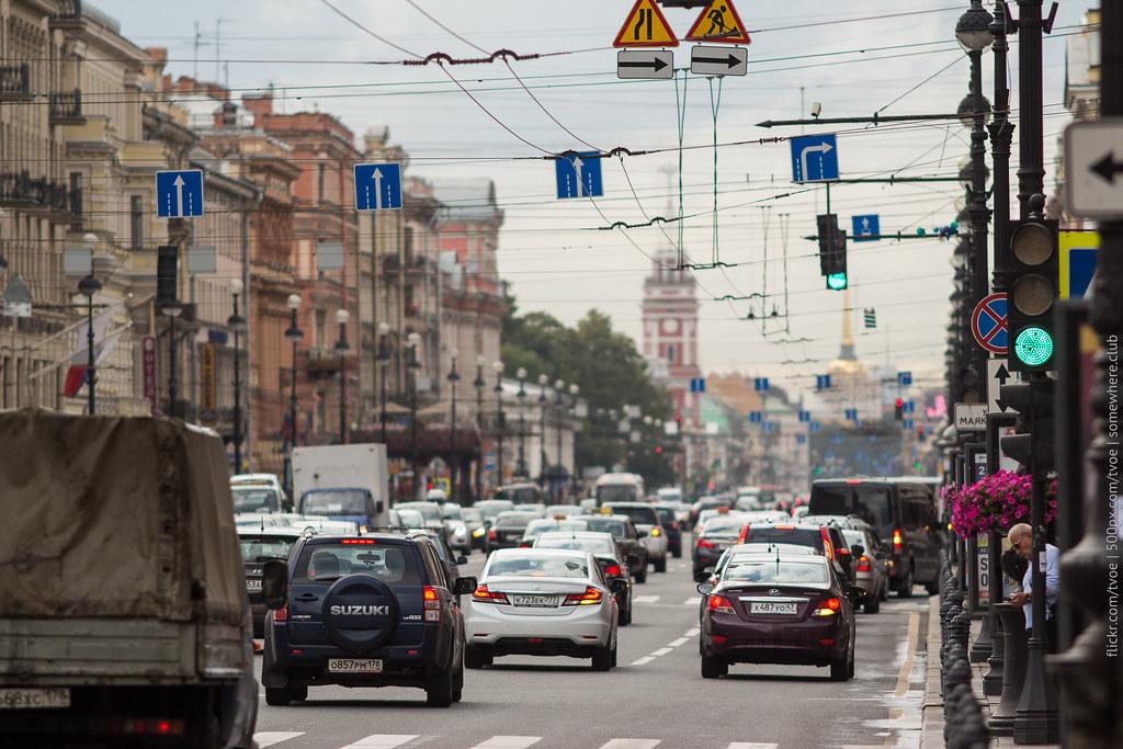 Автомобили на Невском проспекте в Санкт-Петербурге