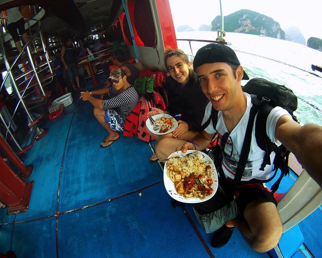 Recorriendo en barco una zona muy chula mientras comíamos arroz
