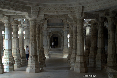 Ranakpur Jain Temple carved pillars, crisscross passage