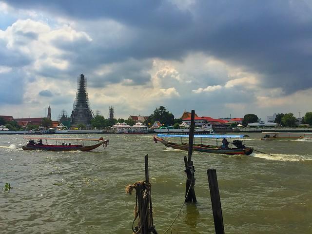 Wat Arun desde la otra orilla del Chao Phraya, el río de los reyes en Bangkok (Tailandia)