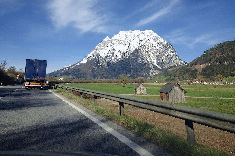 Zasněžený Grimming ze státní silnice
