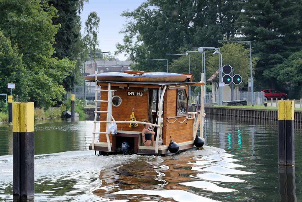 0732 ein hausboot f hrt auf der havel zur schleuse zehdeni flickr. Black Bedroom Furniture Sets. Home Design Ideas