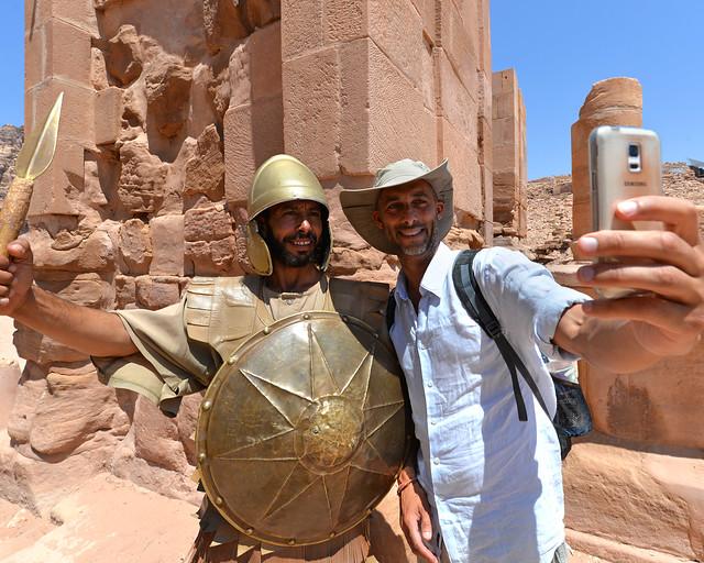 Manolito haciéndose un selfie con un guerrero de Petra en Jordania