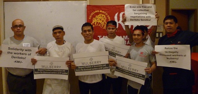 KMU members in the Philippines hold signs of solidarity with Turkish Mulberry workers