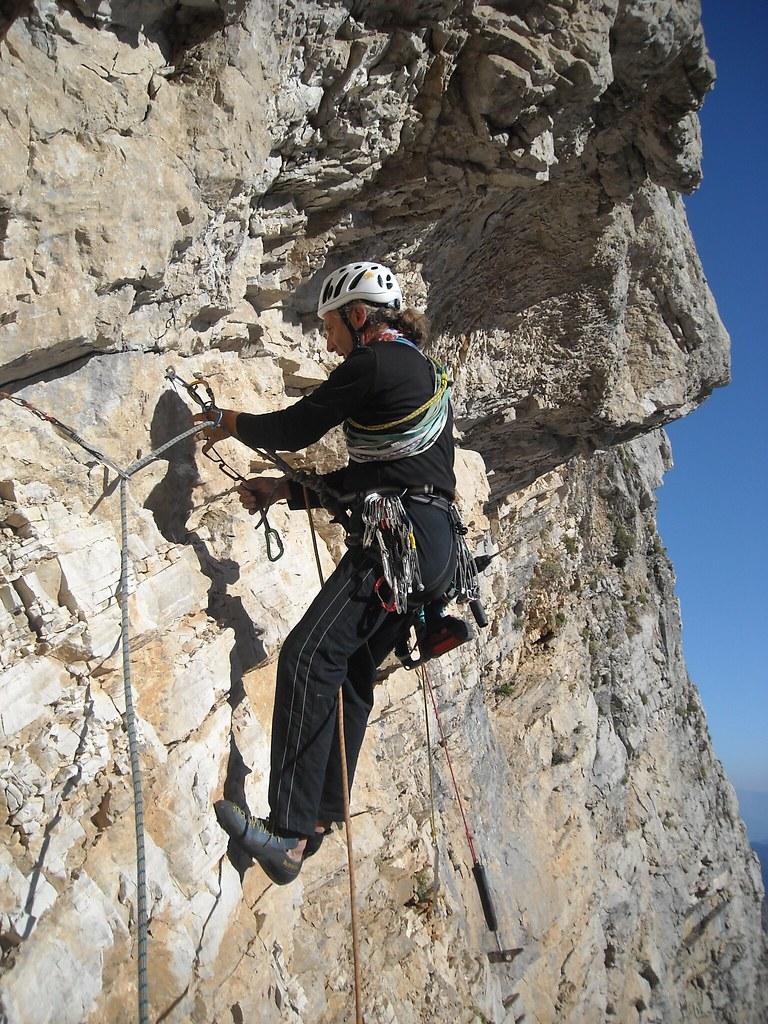 Ο Δ.Τιτόπουλος το 2009 με βαριά εξάρτηση,  ξεπερνά τη στέγη της εισόδου.