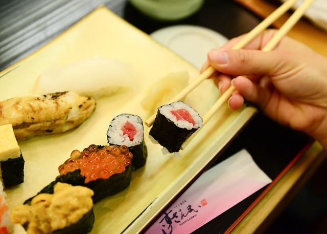 Comiendo sushi en el mercado de pescado de Tokio